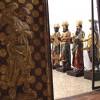 Porte a struttura lignea, rivestite di lamina metallica dipinta e dorata decorate da due angeli
